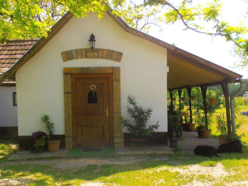 Tanyasi társalgó bejárata