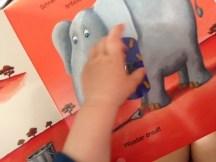 Kleine Hände lieben es, Pflaster zu kleben