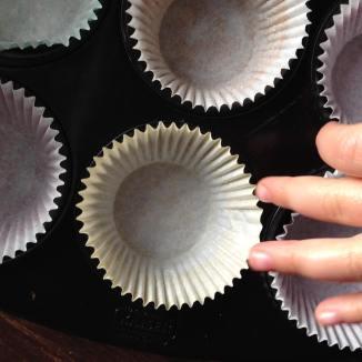 Muffinblech mit Papierförmchen versehen