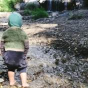Spiel am Wasserlauf