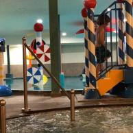 Eltern können im Whirlpool liegen neben dem Kinderbad
