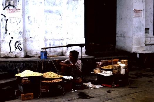 Strassenhändler, Delhi (c)1983 Corinne I. Heitz