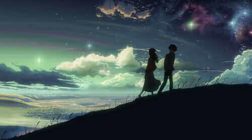 Paar geht Berg hoch bei Einbruch der Nacht