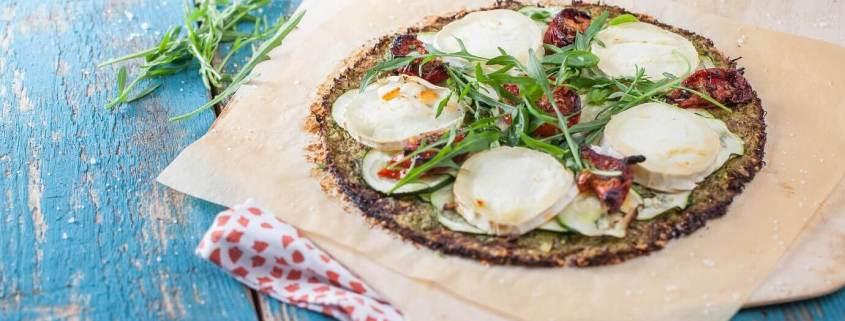 Vegetarisk pizza med broccolibund, pesto, rucola og gedeost