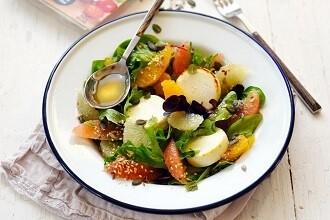 Salat med gedefriskost, citrusfrugter og frø