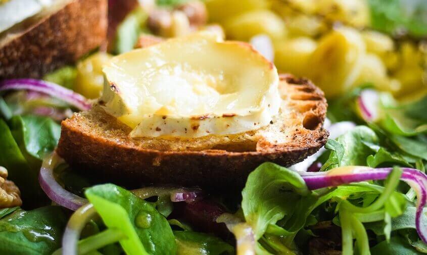 Salat med gedeost, gratineret gedeost