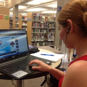 Estudiante repasando las flash cards