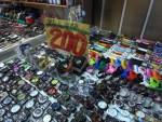台北で一番大きな夜市「士林夜市」で靴や時計を購入!(雑貨•お土産編)