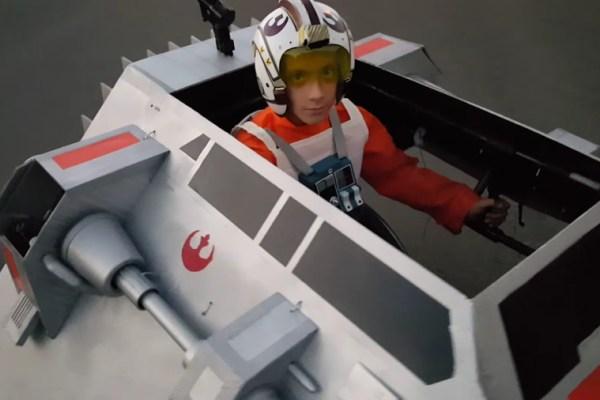 Trasforma la sedia a rotelle del figlio in uno snow speeder di Star Wars