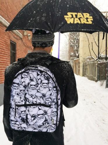 Sac à dos, Tuque Stormtrooper et parapluie : Sabre laser Sith ou Jedi? (vert, bleu, et rouge)
