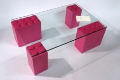 Table de salon avec des pattes en Lego rose