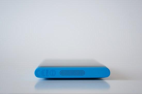 Et au dessous logent le haut-parleur ainsi que le microphone - Le dessous du Nokia Lumia 800