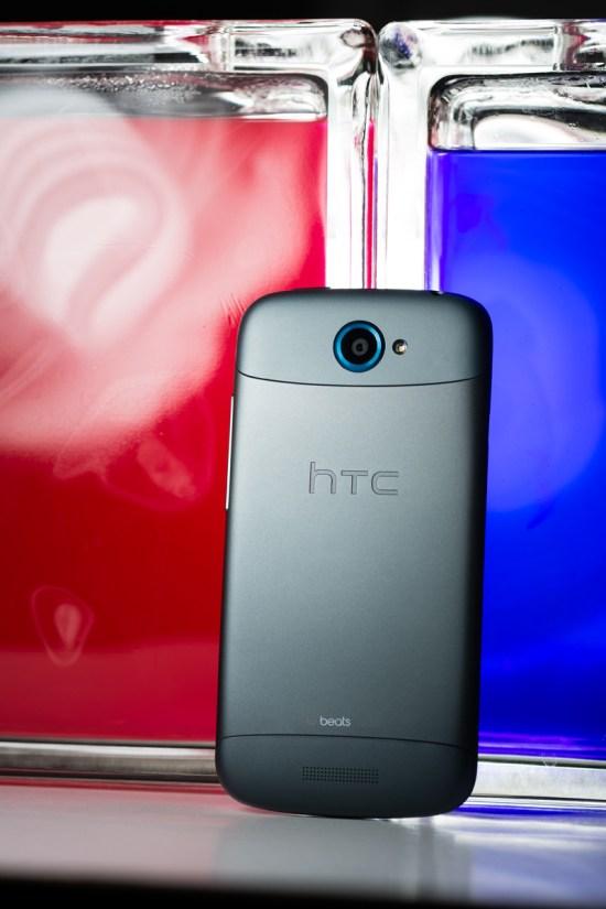 La face arrière du HTC One S montre son côté froid et métallique. Au menu: caméra 8 mégapixels, flash à DEL, haut parleur et logos HTC et Beats Audio. Le haut du boîtier est amovible et renferme le logement pour la microSIM.