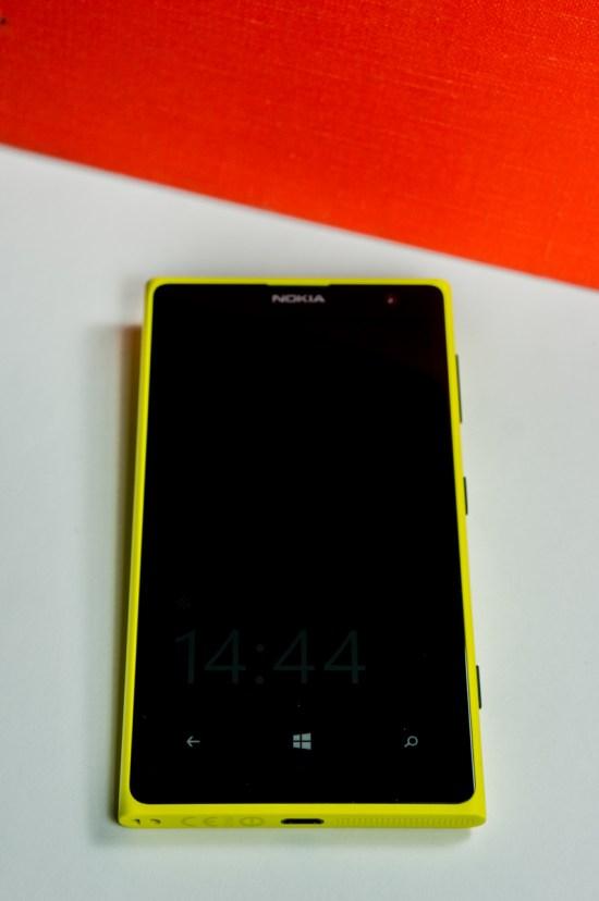 L'avant du boîtier, avec son écran de 4,5 pouces, ses trois touches capacitives Windows, son logo Nokia, sa caméra frontale ainsi que son écouteur.