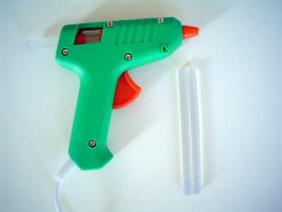 Hot glue guns are easy to use and super useful. By Catarina mota (Own work) [CC BY-SA 3.0