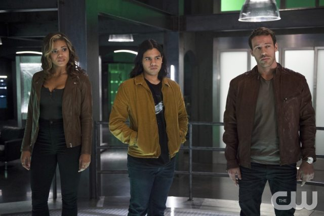 """The Flash -- """"Legends of Today"""" -- Image FLA208A_0190b.jpg -- Pictured (L-R): Ciara Renee as Kendra Saunders, Carlos Valdes as Cisco Ramon and Falk Hentschel as Carter Hall -- Photo: Diyah Pera/The CW -- �© 2015 The CW Network, LLC. All rights reserved."""