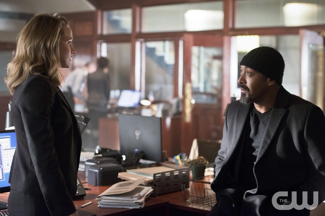 """The Flash -- """"The Reverse Flash Returns"""" -- Image FLA211a_0008b -- Pictured (L-R): Shantel Van Santen as Detective Patty Spivot and Jesse L. Martin as Detective Joe West -- Photo: Diyah Pera/The CW -- �© 2016 The CW Network, LLC. All rights reserved."""