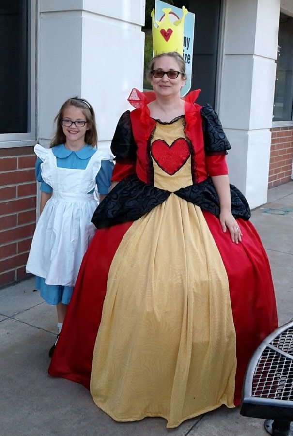 Mother-Daughter Alice/Queen of Hearts public cosplay - first cosplay