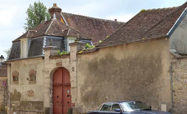 The gate to a very old villa in Provins.
