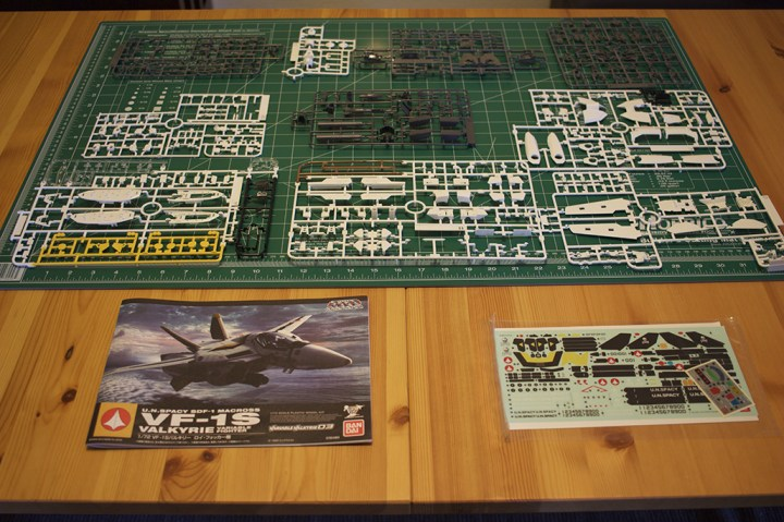 The contents of Bandai's VF-1S Veritech model.