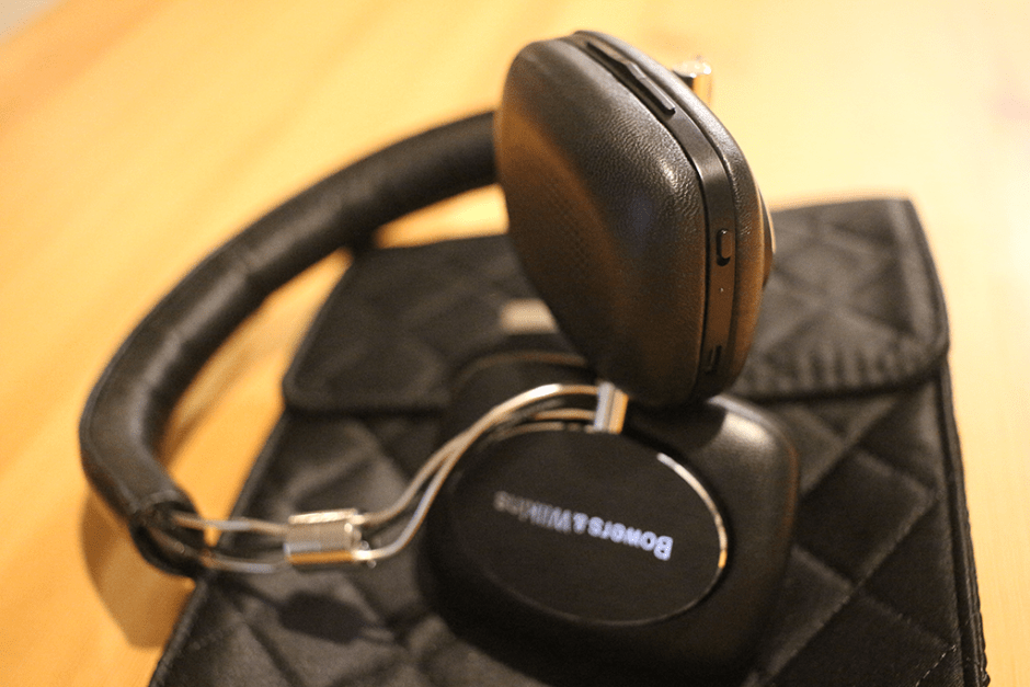 The control and power buttons on the Bowers & Wilkins P5 Wireless Headphones.