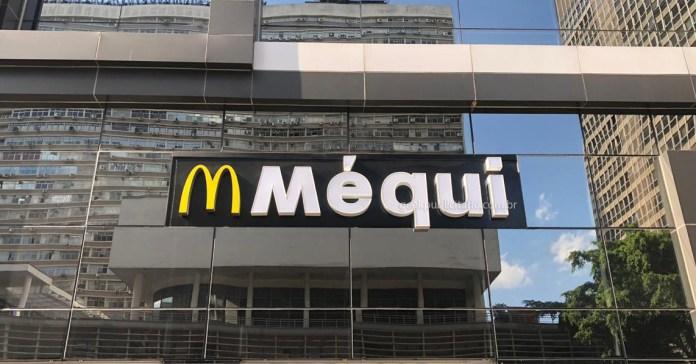 """Foto da fachada de uma unidade do McDonald's na Av. Paulista, com novo letreiro """"Méqui""""."""