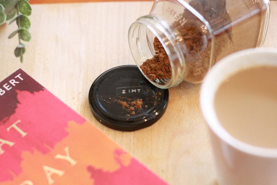 Zimt und ein Buch auf einem Tablett. Foto: geek's Antiques/Lilli