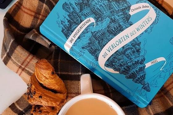 """Das Buch """"Die Spiegelreisende"""" von Christelle Dabos. Foto: geek's Antiques/Lilli"""