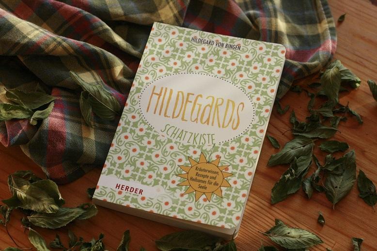 Das Buch Hildegards Schatzkiste von Hildegard von Bingen auf einem Tisch. Foto: geek's Antiques/Lilli