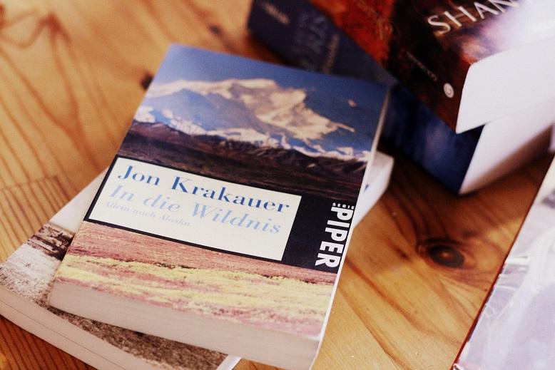 Ein Buch auf einem Tisch, im Hintergrund ein weiterer Stapel Bücher. Foto: Lilli/geek's Antiques