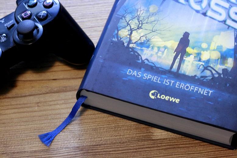Das Buch Warcross und ein Playstation-Controller. Foto: Lilli/geek's Antiques