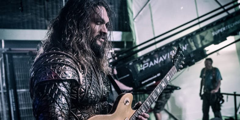 justice-league-aquaman-jason-momoa-guitar