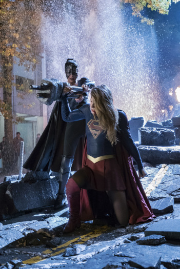 3x09-reign-supergirl fight