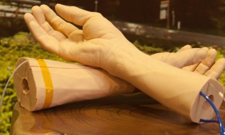 google-piel-sintetica-brazos