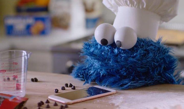 Escenas detrás del telón muy graciosas de uno de los avisos más populares de Apple con Cookie Monster