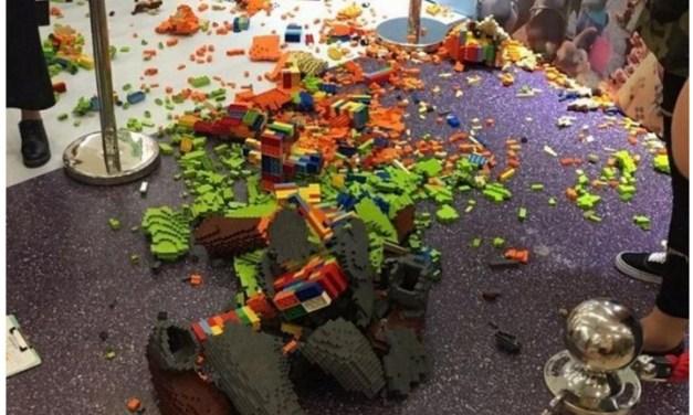 Estatua construida con LEGOs y valuada en 15 mil dólares, es destruida por un niño