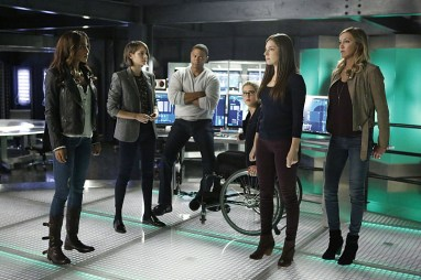 """Arrow -- """"Taken"""" -- Image AR415b_0291.jpg -- Pictured (L-R): Megalyn E.K. as Vixen, Willa Holland as Thea Queen / Speedy, David Ramsey as John Diggle, Emily Bett Rickards as Felicity Smoak, Anna Hopkins as Samantha and Katie Cassidy as Laurel Lance/Black Canary -- Photo: Bettina Strauss/ The CW -- © 2016 The CW Network, LLC. All Rights Reserved"""