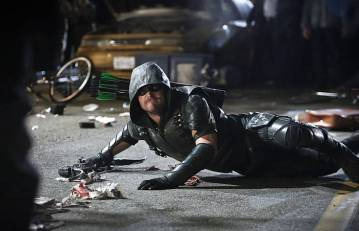 """Arrow -- """"Schism """" -- Image AR423b_0162b.jpg -- Pictured: Stephen Amell as Green Arrow -- Photo: Bettina Strauss/The CW -- © 2016 The CW Network, LLC. All Rights Reserved."""