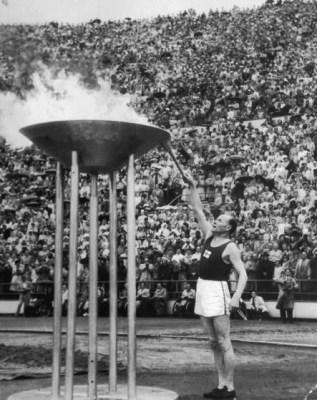 Paavo_Nurmi_sytyttää_olympiatulen_1952