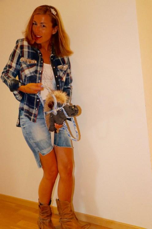 cowgirl mit Pferd