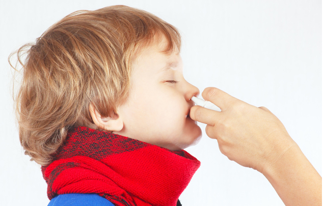 Nasenspray bei Kind