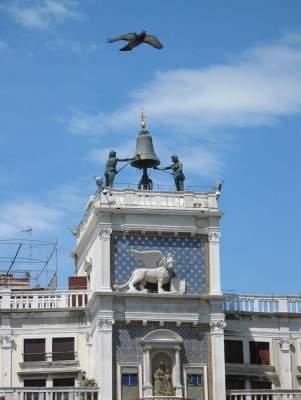 Campanas hombres en Venecia