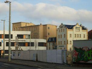 Alte Zahnklinik (hinten) und Hotel Am Bayrischen Platz