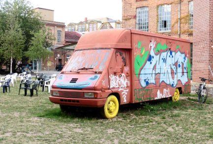 Rattiges Filmmobil auf dem Gelände der Alten Spinnerei