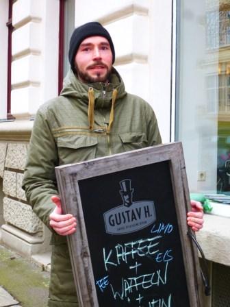 Björn trägt Gustav zu Lene