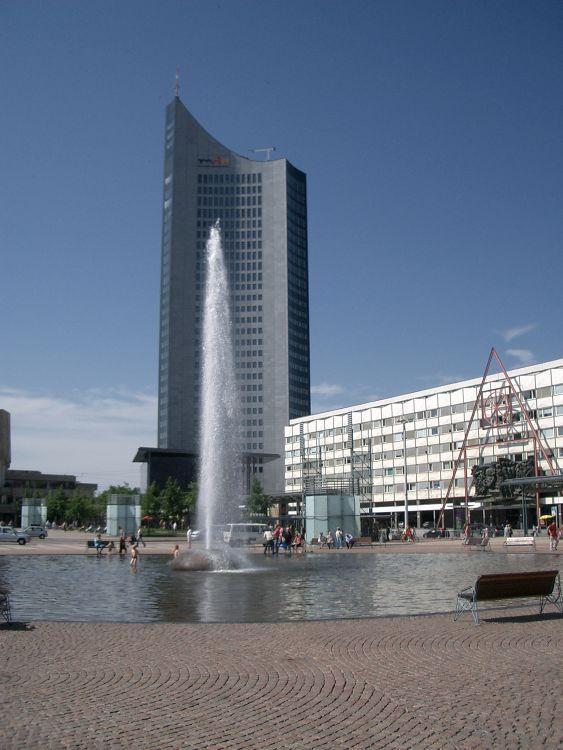 Uni-Riese und Uni-Hauptgebäude (re.) aus den 1970ern (Foto: Gudrun Schulz)