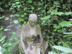 Trauernde im Efeu
