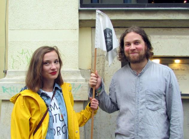 Josephine von Blueten Staub und Jan Lindner vorm Beyerhaus