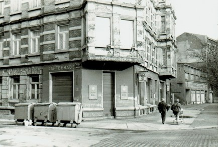 Kaffeehaus Pilz in den 1980ern, Flachbau rechts = Kaufhaus Aufbau