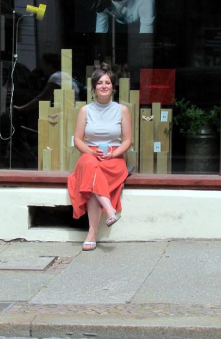 Alexandra vor ihrem Laden